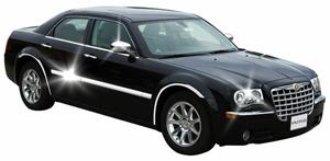 Вид хромированных накладок на автомобиле черного цвета